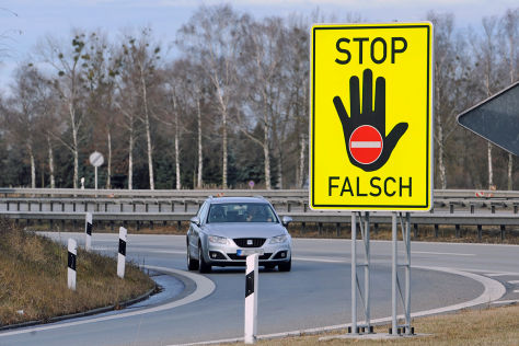 Warnschild gegen Geisterfahrer an Autobahnauffahrt