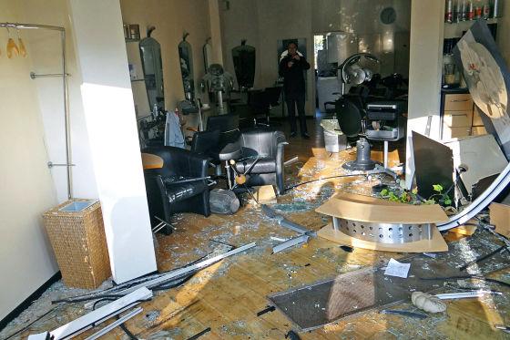 Rentner rast in Norderstedt (9.11.2014) in einen Friseursalon