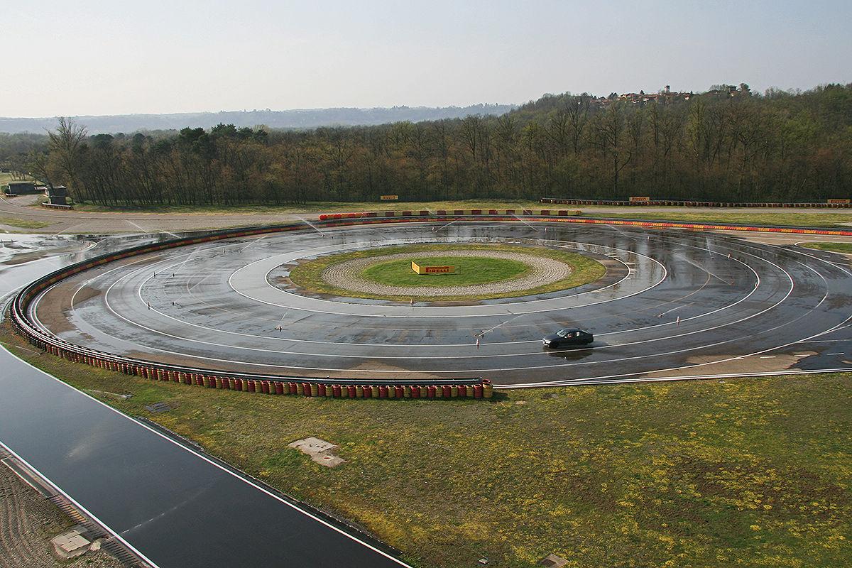 BMW 3er, Winterreifen-Test: Fahren auf der nassen Kreisbahn