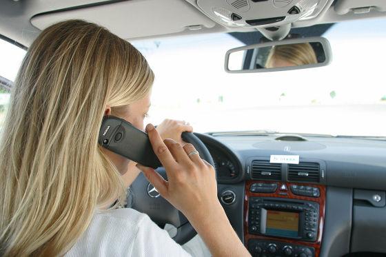 Symbolbild: Handy im Auto