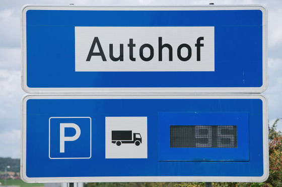 Hinweisschild für Lkw-Fahrer zu freien Parkplätzen