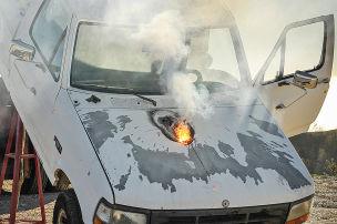 Laser brennt Loch in Truck