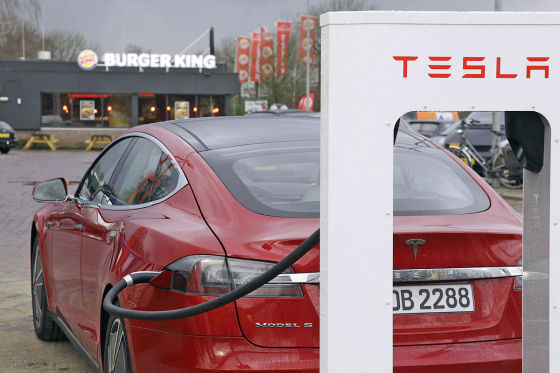 Tesla Model S mit Supercharger