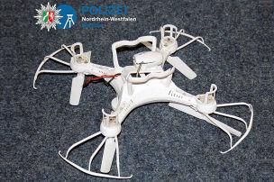 Drohne knallt in Auto