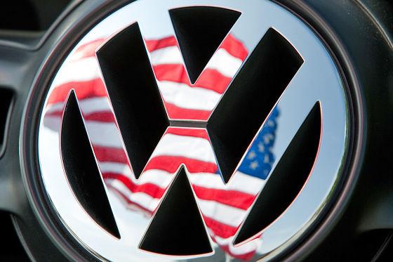 VW-Logo mit USA-Flagge