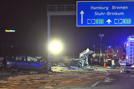 Mehrere Autowracks liegen am 01.01.2013 an der Unfallstelle auf der Autobahn A1 in Höhe des Dreiecks Stuhr (Niedersachsen). Nach einem versuchten Wendemanöver eines Sattelzugs aus Litauen, kam es zu einem schweren Unfall mit mehreren Fahrzeugen. Dabei wurden zwei Personen getötet. Der Lastwagen konnte erst in 25 Kilometern Entfernung von der Polizei gestoppt werden. Der Fahrer wurde vorläufig festgenommen. Foto: Ingo Wagner/dpa