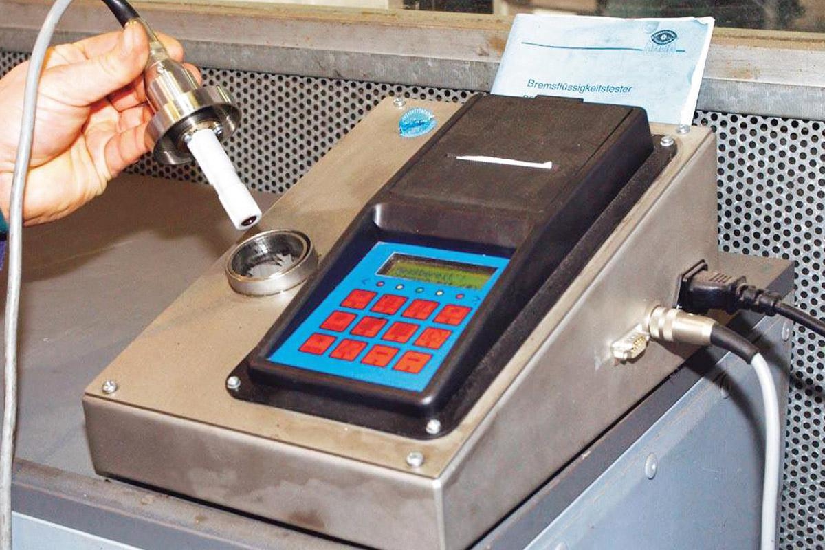 Bremsflüssigkeit wird in Testgerät erhitzt