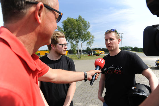 Bernd Schröder interviewt die Teilnehmer