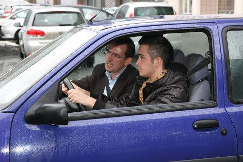 Fahrschülerin und Fahrlehrer