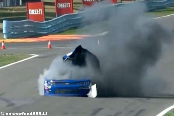 Video: NASCAR-Auto explodiert