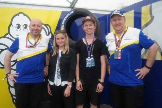 Serge Grisin, Fredi Hofmann und Pascal Couasnon (v.l.). Auch der Schweizer Motorsport-Fan und Instagramer Dario Fontana (2.v.r.)