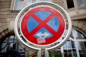 Wer hier hält oder parkt, zahlt!