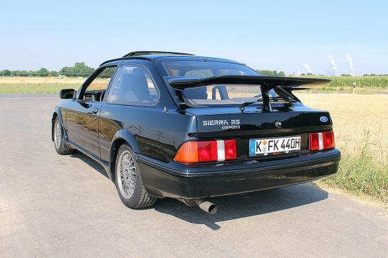 Fords Definition von Straßensportlichkeit im Abstand von 20 Jahren: Der neue Focus ST trifft auf seinen Urahn Sierra RS Cosworth, den ...