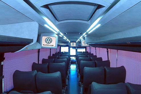 Da lässt es sich entspannt recherchieren und fotografieren: Im Volksbus finden 32 Journalisten Platz.