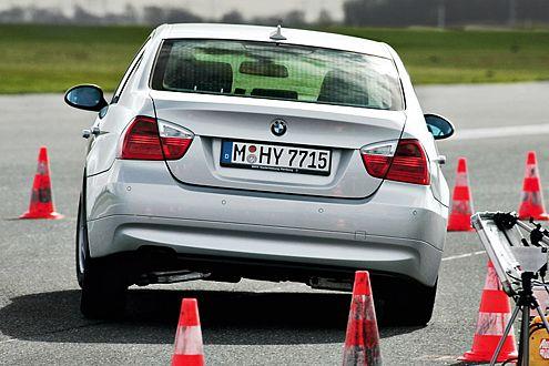 Der BMW 320d ist strammer abgestimmt,  reagiert mit Stößen.