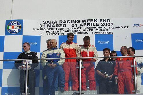 ABM-Mitarbeiter Lutz Gernert (1. v.l.) feiert seinen ersten Podiumsplatz nach dem Adria-Rennen.