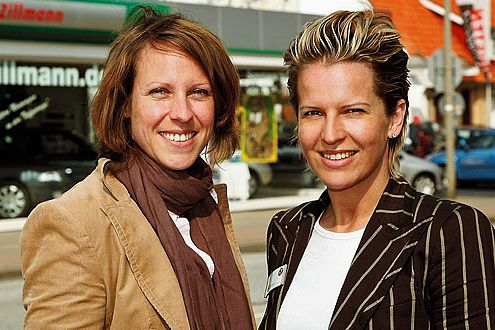 Stefanie (links) und Nicole Zillmann vom Skoda-Autohaus Zillmann, Geesthacht bei Hamburg.