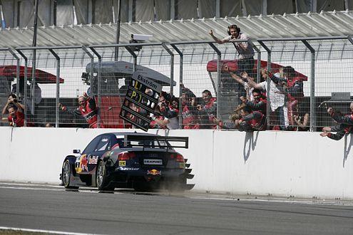 Der Jubel des Audi-Teams ist trotz des Kristensen-Unfalls riesig.