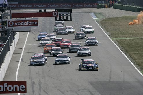 Die DTM-Audi A4 lassen vom Start weg keinen Zweifel am Siegeswillen: Tomczyk gewinnt den Start.