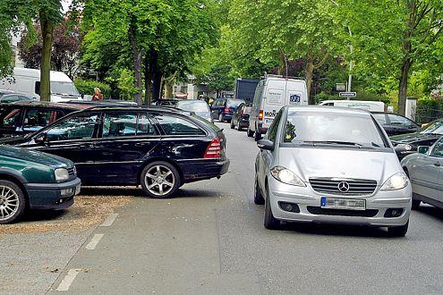 Fast zwei Meter ragt der schwarze Mercedes aus seiner Parklücke.