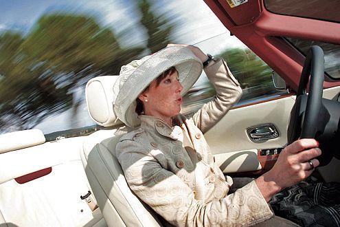 Da geht der Hut hoch: Ab 70 km/h weht es auch im Rolls-Royce.