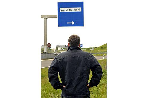 Warten und hoffen: Frank Winkler vor dem BMW-Werk in Leipzig.
