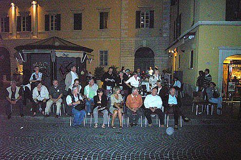 Begeisterte Fans überall: Die Mille Miglia ist in Italien ungemein populär.