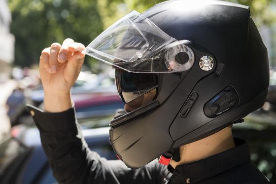 Motorradhelm tragen
