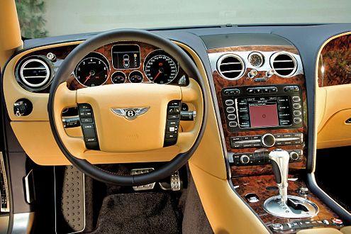 Edel mit Wurzelholz, Chrom und Leder: das Bentley-Cockpit.