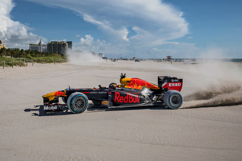 Max Verstappen rast mit Formel 1 Renner durch die USA