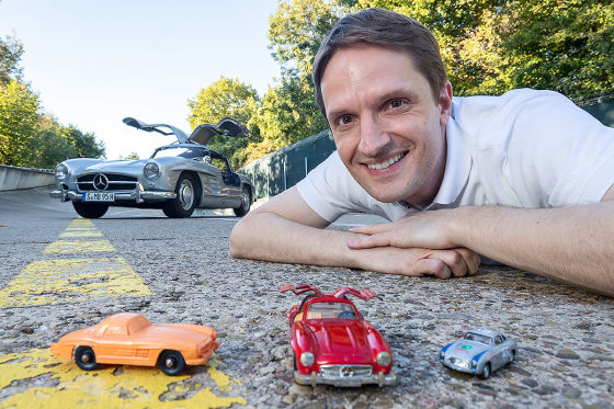 Leser Frank Burmester vor seinem Traumauto 300 SL mit Mercedes-Spielzeugautos.