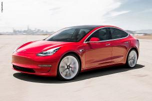 Tesla fährt, Fahrer schläft!