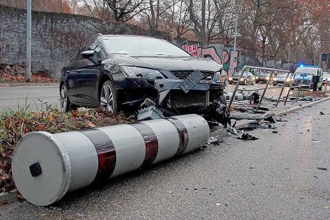 Blitzer-Unfall in Stuttgart: 130.000 Euro Schaden