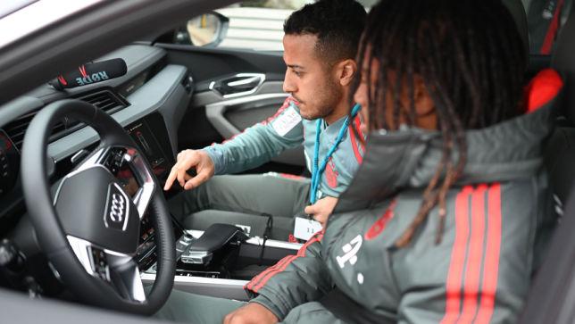 Fußballprofis testen E-SUV