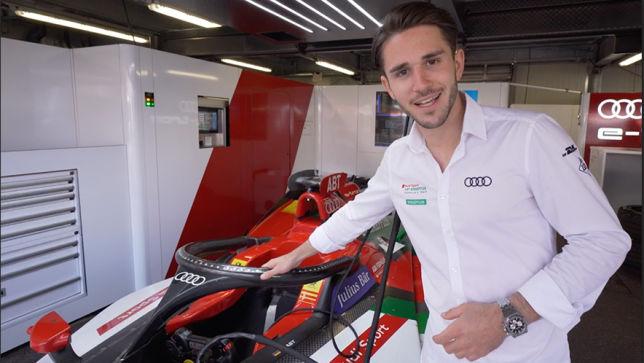 Daniel Abt zeigen seinen Audi e-tron FE05