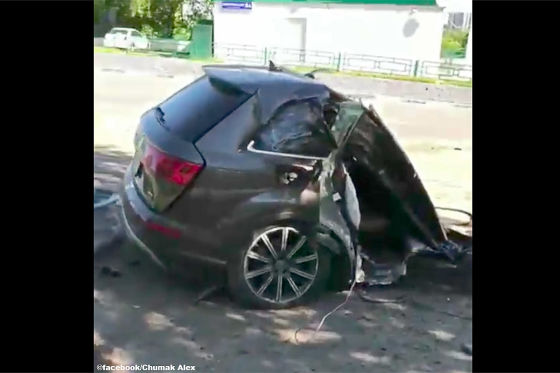 Q7 nach Crash zweigeteilt – Fahrer flieht