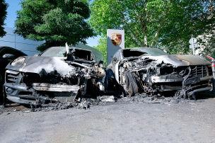 Vier Porsche vor Autohaus verbrannt