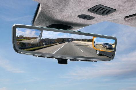 Aston Martin mit Display im Rückspiegel