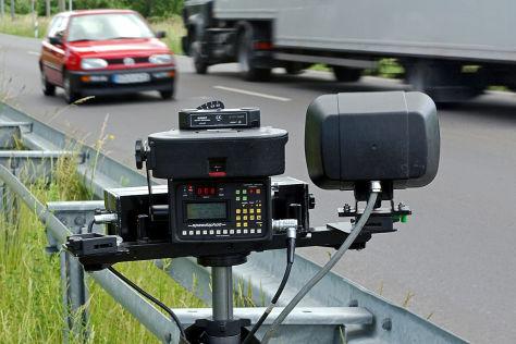 Mini-Fahrer versenkt Blitzer in Baggersee