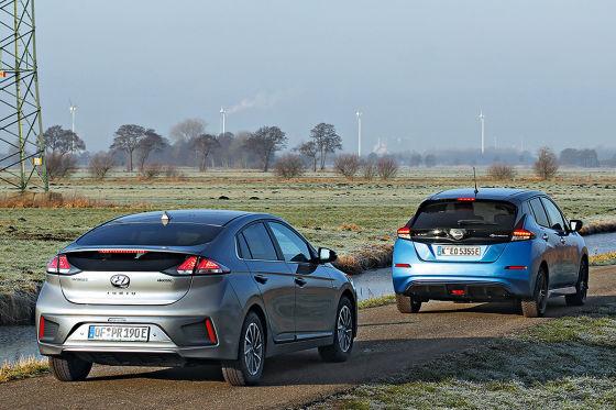 Zwei Elektro-Volkswagen im Vergleich