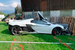 McLaren-Fahrer kracht in Scheune!