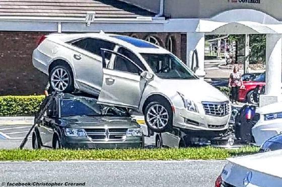 Cadillac-Fahrer parkt VW kaputt!