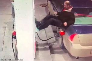 Polizei sucht den Irren von der Tankstelle!