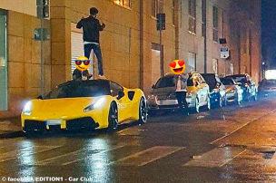 Dreiste Insta-Poser besteigen Ferrari