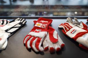 Schumi-Helm und Handschuhe unterm Hammer