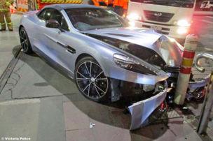 Frau crasht Aston Martin und flieht!
