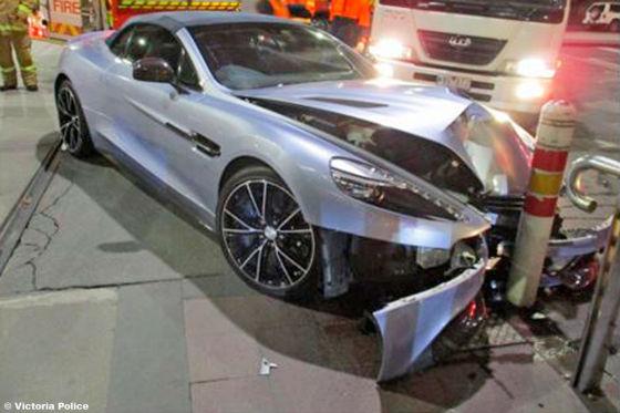 Aston Martin Vanquish Frau Crasht Auto Eines Freundes Und Flieht Autobild De