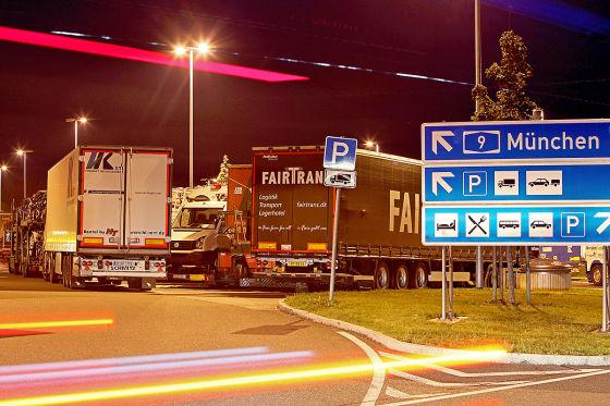 In der zweiten Reihe stehend machen Lastwagenfahrer am Montagabend (22.08.2011) an der Autobahnraststätte Nürnberg-Feucht an der A9 bei Feucht (Mittelfranken) ihre Fahrpause. Der bayerische Innenminister Herrmann äußert sich am Dienstag (23.08.) zum Neubau von Lkw-Stellplätzen an Autobahnen. Das Innenministerium hat in diesem Zusammenhang auf eine Studie aus dem Jahr 2008 verwiesen, wonach entlang der bayerischen Autobahnen mindestens 3500 Stellplätze fehlen.