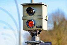 Blitzer-Unfall bei Rostock: VW-Fahrer fährt Radaranlage um