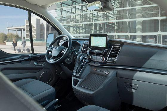 Im Ford Tourneo Plug-in-Hybrid fühlt man sich wie der König der Landstraße